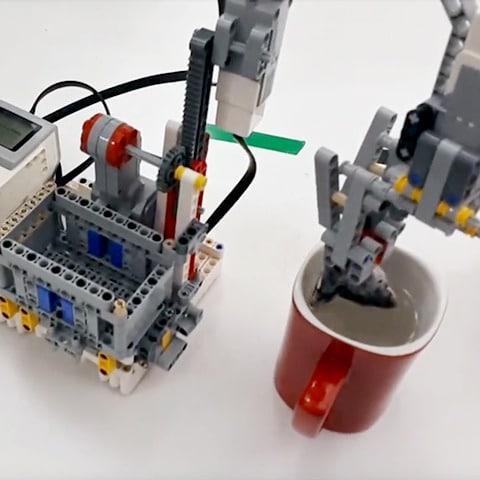 Ein Roboter, der Tee zubereitet